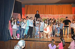 актери представе Успавана љепотица на сцени у Невесињу