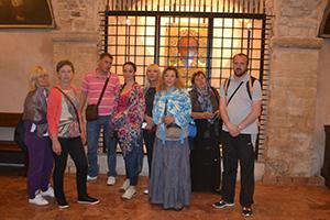 учесници поклоничког путовања у Бари крај иконе Св. Николе