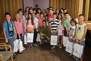 дјеца Косова и Метохије са члановима ЗК Освит